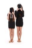 2 девушки держат ПК таблетки перед стороной Стоковая Фотография RF