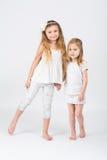 2 девушки держат руки Стоковые Фото