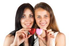 2 девушки держат сердце Стоковые Изображения RF