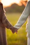 2 девушки держа руки совместно Стоковые Фото
