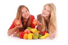 2 девушки держа свежие фрукты Стоковое фото RF
