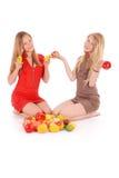 2 девушки держа свежие фрукты Стоковые Изображения