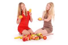 2 девушки держа свежие фрукты Стоковая Фотография RF
