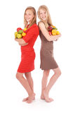 2 девушки держа свежие фрукты Стоковое Изображение