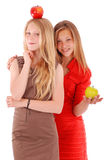 2 девушки держа свежие яблока Стоковое Изображение RF
