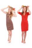 2 девушки держа свежую грушу на голове Стоковые Фотографии RF