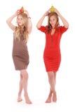 2 девушки держа свежую грушу на ее голове Стоковая Фотография RF