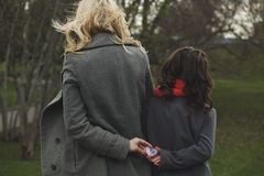 2 девушки держа сердце в своих руках Стоковое Изображение