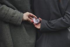 2 девушки держа сердце в своих руках Стоковое Фото