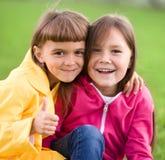 2 девушки держа сторону в неверии Стоковые Изображения