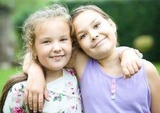 2 девушки держа сторону в неверии Стоковые Изображения RF