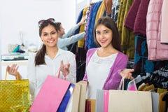 2 девушки держа сумки с одеждами Стоковые Изображения RF