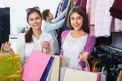 2 девушки держа сумки с одеждами Стоковое Изображение