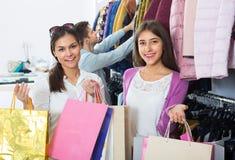 2 девушки держа сумки с одеждами Стоковая Фотография
