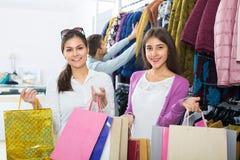2 девушки держа сумки Стоковое Изображение RF