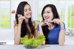 2 девушки есть здоровую еду Стоковая Фотография