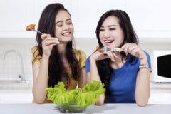 2 девушки есть салат совместно Стоковые Изображения RF