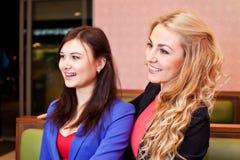 2 девушки детенышей довольно кавказских Стоковое Фото