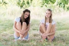 2 девушки 14 лет на природе Стоковое Фото