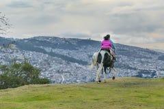 2 девушки ехать лошадь Кито эквадор Стоковая Фотография RF