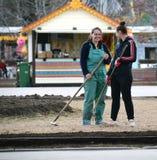 2 девушки деятельности с отдыхать аппаратур Стоковая Фотография RF