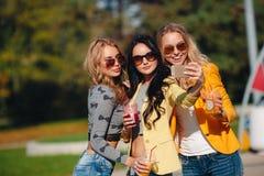 3 девушки делают selfie в парке Стоковое Изображение