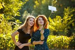 2 девушки делают selfie и усмехаются Стоковые Изображения