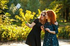 2 девушки делают selfie Стоковое Изображение
