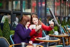 2 девушки делая изображение собственной личности (selfie) Стоковые Фотографии RF