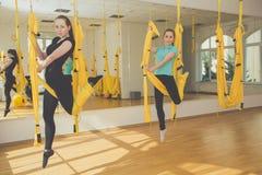 2 девушки делая йогу и раздумье Стоковая Фотография