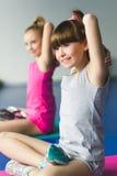 2 девушки делая йогу протягивая в классе фитнеса Стоковые Изображения