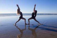 2 девушки делая йогу Стоковое Изображение