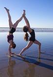 2 девушки делая йогу Стоковое Фото