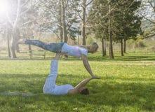 2 девушки делая йогу Стоковые Изображения RF