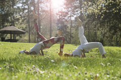 2 девушки делая йогу Стоковые Фото