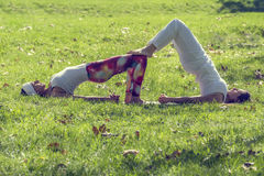2 девушки делая йогу Стоковые Изображения
