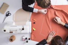 2 девушки делая картину на красной ткани Стоковое Фото