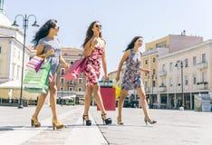 3 девушки делая покупки в центре города Стоковые Фотографии RF