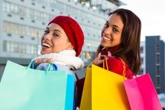2 девушки делая покупки Стоковые Изображения RF