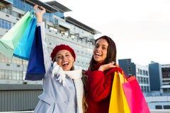2 девушки делая покупки Стоковая Фотография