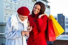2 девушки делая покупки Стоковые Фото