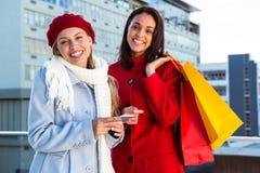2 девушки делая покупки Стоковые Изображения