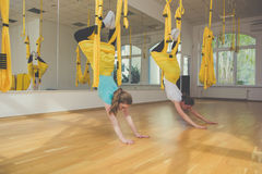 2 девушки делая тренировки йоги мухы Стоковые Фото