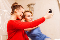 2 девушки делая фото Стоковые Изображения