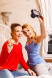 2 девушки делая фото Стоковые Фотографии RF