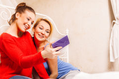 2 девушки делая фото Стоковое Фото