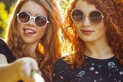 2 девушки делая selfie потехи Стоковая Фотография