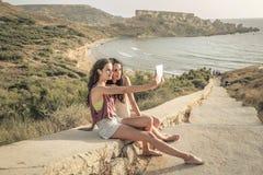 2 девушки делая selfie Стоковые Фотографии RF