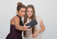 2 девушки делая selfie Стоковая Фотография RF