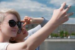 2 девушки делая selfie Стоковые Изображения RF